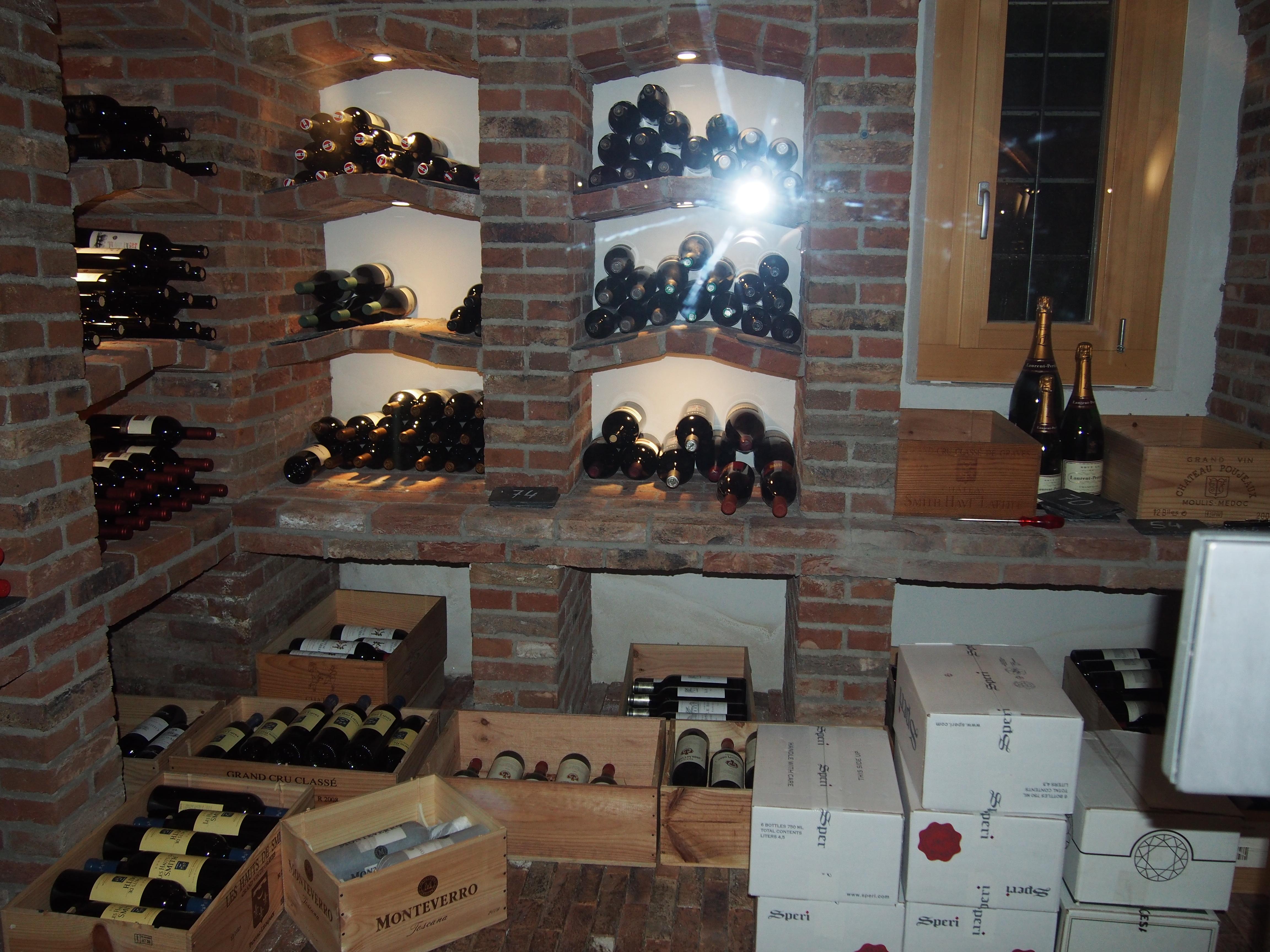 Weinfächer mit gemauerten Tablaren